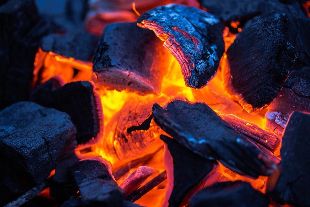 炭は有機物を焼いて炭化させたものです