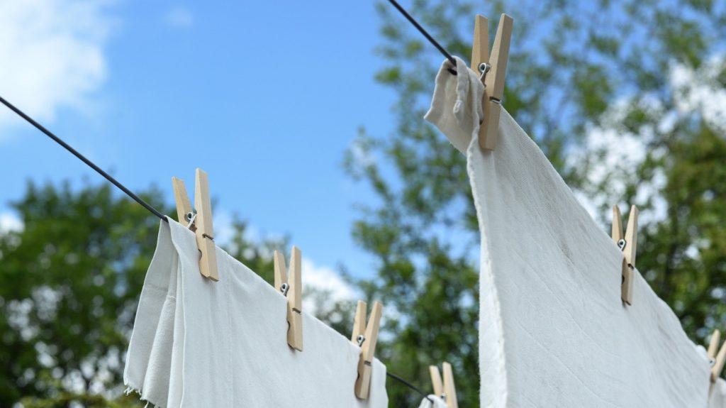 洗濯物を干す際には衣類を近付けない