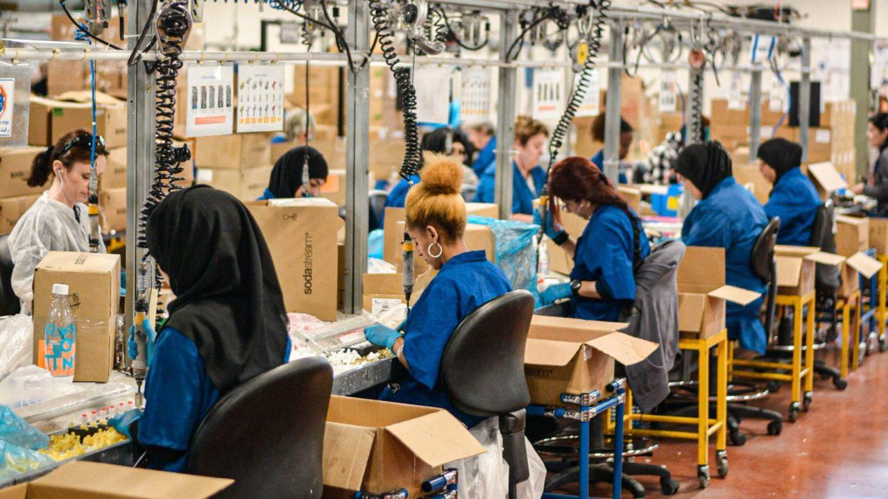 先進国のために工場で働く海外の方々