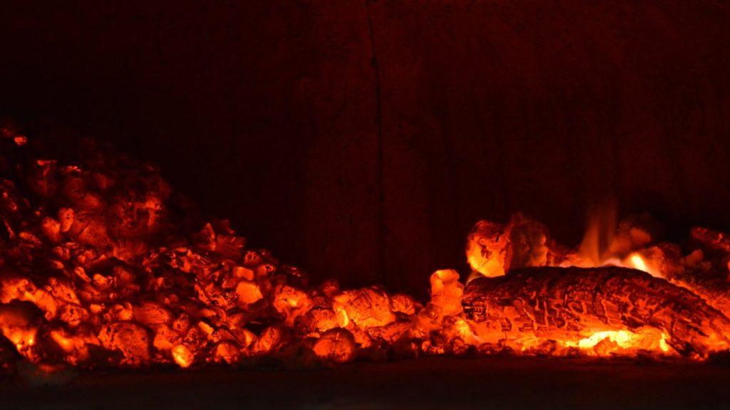 オーブン調理は炭の遠赤外線効果を生かした料理