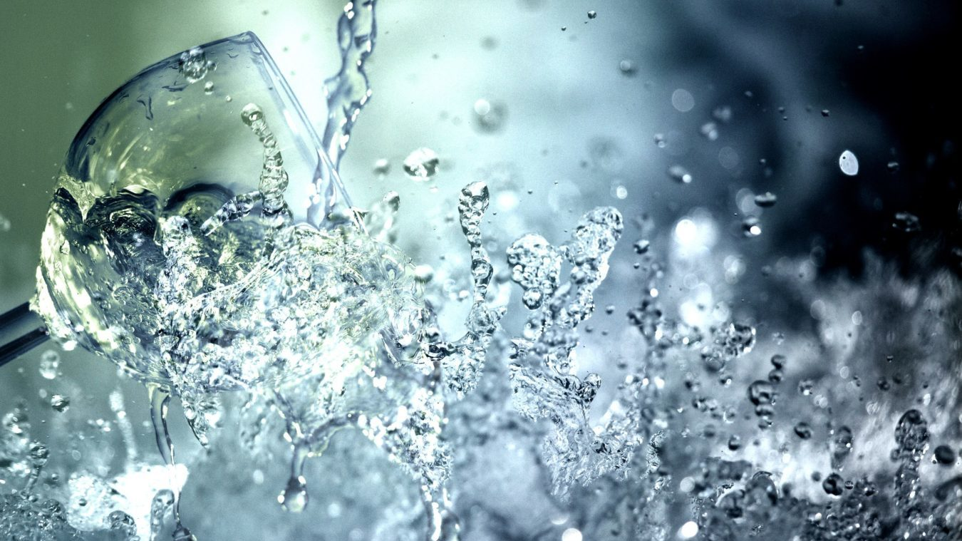 炭で美味しく綺麗な水を!炭の驚きの浄水効果って!?